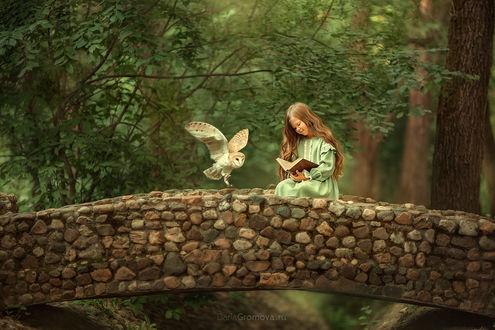 Фото Девочка с книгой совой сидит на мостике. Фотограф Дарья Громова