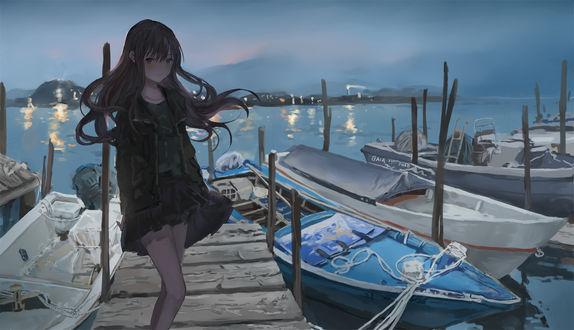 Фото Девушка стоит на лодочной станции
