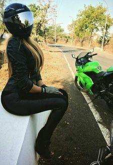 Фото Девушка в шлеме возле мотоцикла