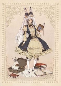 Фото Белокурая девушка с кроличьими ушками, одетая в викторианском стиле, с книгой в руке, стоит на белом кружевном коврике, рядом лежат книги и чемодан, в котором сидит белый кролик в шляпе-цилиндре, с маленькой книжечкой в лапках, art by Loputyn