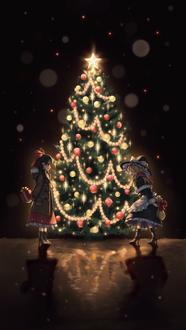 Фото Рэйму Хакурэй / Reimu Hakurei из аниме Мечты летних дней / Touhou Niji Sousaku Doujin Anime: Musou Kakyou и Marisa Kirisame стоят перед новогодней светящейся елкой