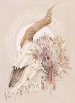 Фото Белокурая девушка, одетая в викторианском стиле, обнимает череп козла, сидя в его глазнице, с цветами, art by Loputyn
