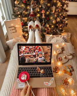 Конкурсная работа Девушка с леденцом в руке сидит перед ноутбуком, на экране которого идет фильм Один дома, by Mariwka