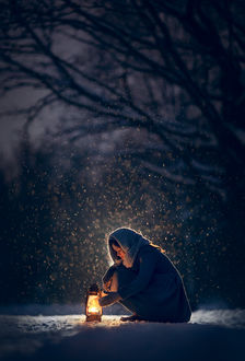 Фото Девочка с фонарем сидит под снегопадом. Фотограф Катрин Белоцерковская