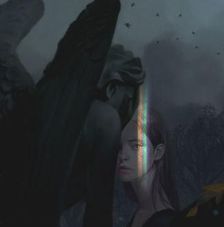Фото Девушка с радужными бликами на лице стоит около статуи грустного ангела
