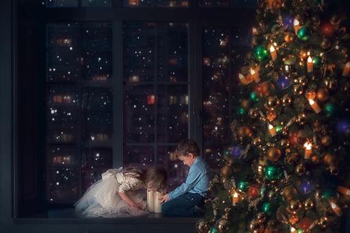 Фото Мальчик с девочкой у новогодней елки. Фотограф Юлия Таратынова