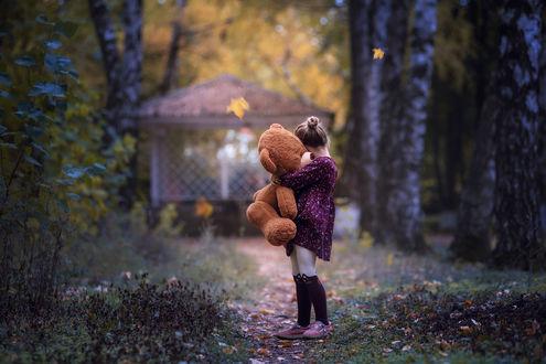 Фото Девочка с мишкой в руках. Фотограф Лилия Немыкина