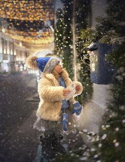 Фото Девочка с письмом Деду Морозу стоит перед почтовым ящиком, by Elena Shumilova