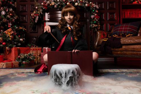 Фото Девушка в образе Гермионы Грейнджер / Hermione Granger из Поттерианы / Гарри Поттер / Harry Potter сидит на полу в комнате с новогодней елкой