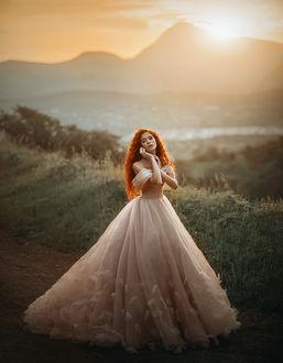 Фото Девушка в длинном пышном платье стоит на фоне гор. Фотограф Amina Donskaya
