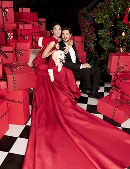 Фото Модель Лили Олдридж в красном с парнем и собакой сидят в комнате с елкой