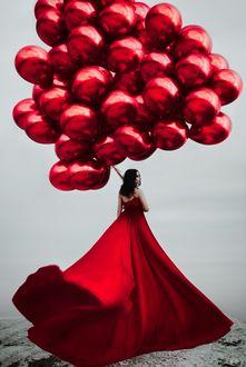Фото Девушка в длинном красном платье с воздушными шарами. Фотограф Светлана Беляева