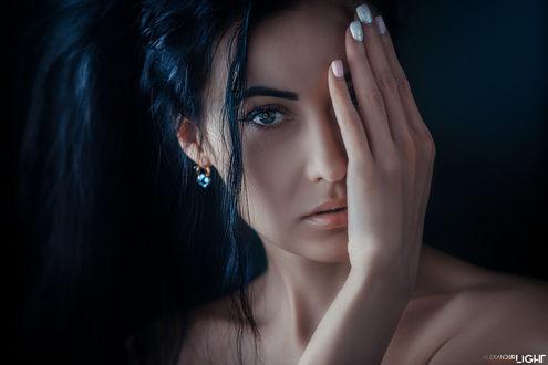 Фото Девушка прикрыла глаз рукой. Фотограф Александр Дробков