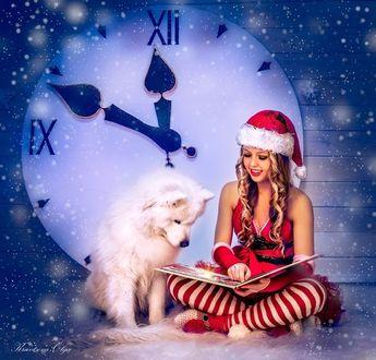 Фото Девушка в новогоднем наряде сидит рядом с собакой на фоне часов, показывающих приближение нового года
