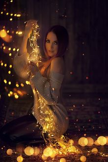 Фото Девушка с гирляндой в руке. Фотограф Алена Кучер