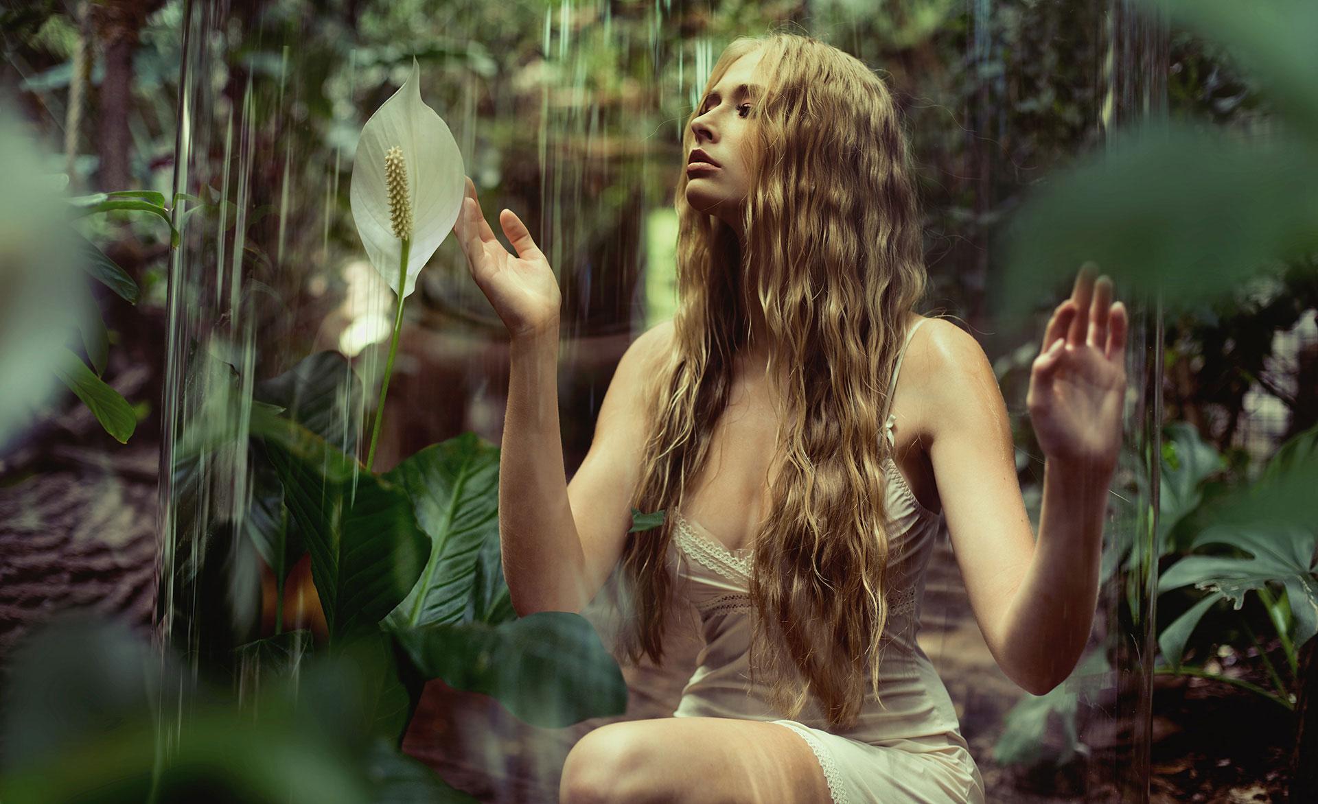 Девушка в образе лесной феи наслаждается тишиной, фотографKonrad Bаk