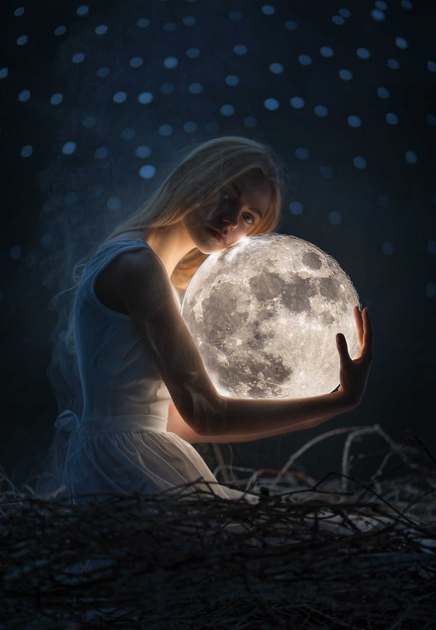 Девушка держит луну картинки