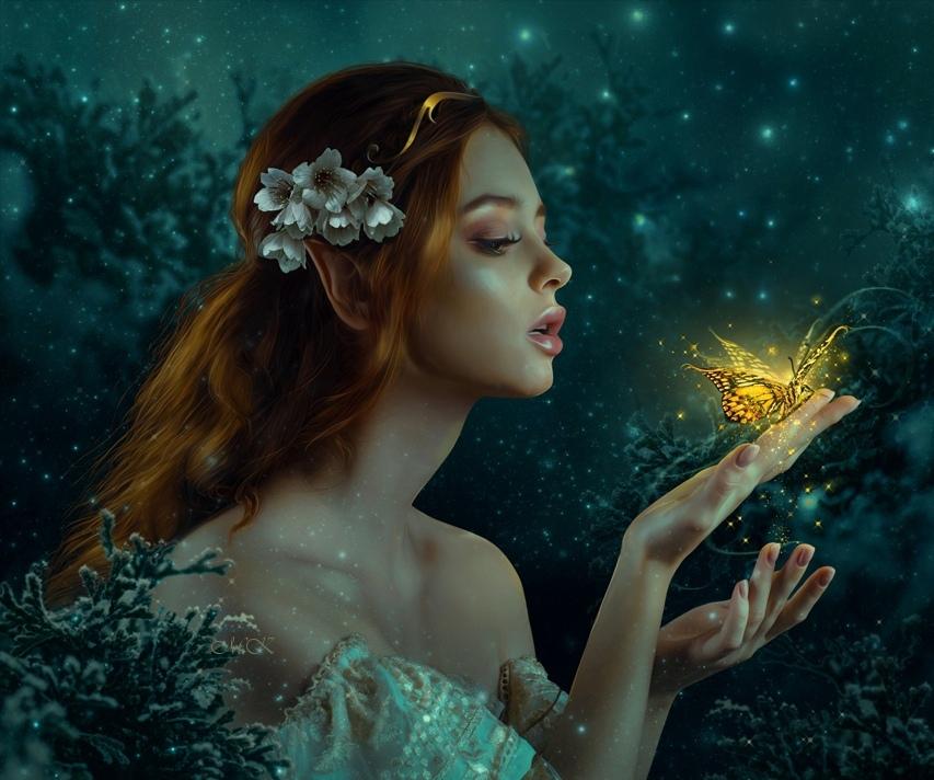 Фото Девушка эльфийка с цветами на волосах держит на руке светящуюся бабочку