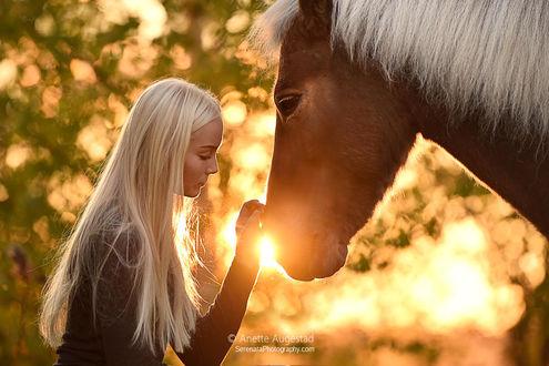 Фото Девушка стоит рядом с лошадью, by Hestefotograf