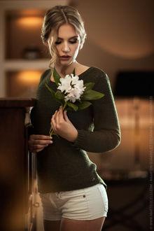 Фото Модель Mirthe с цветком в руке, by Maarten Quaadvliet