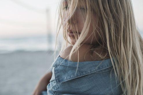 Фото Девушка - блондинка с оголенным плечом, by Ксения Почерней