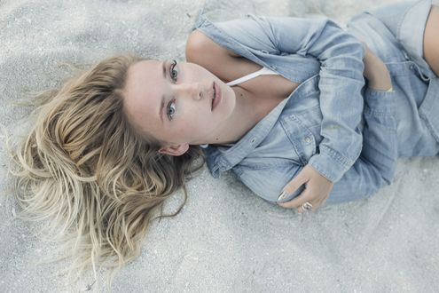 Фото Девушка - блондинка лежит и смотрит вверх, by Ксения Почерней