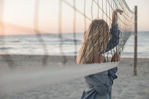 Фото Девушка - блондинка стоит у волейбольной сетки, by Ксения Почерней