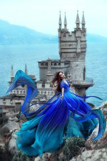 Фото Модель Марина Журавская в голубом платье стоит на фоне Ласточкиного гнезда. Фотограф Мария Липина