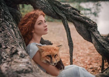 Фото Модель Елизавета Васина с лисой сидит на земле. Фотограф Олег Демьянченко