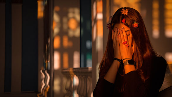 Фото Девушка прикрыла руками лицо. Фотограф moonpollution
