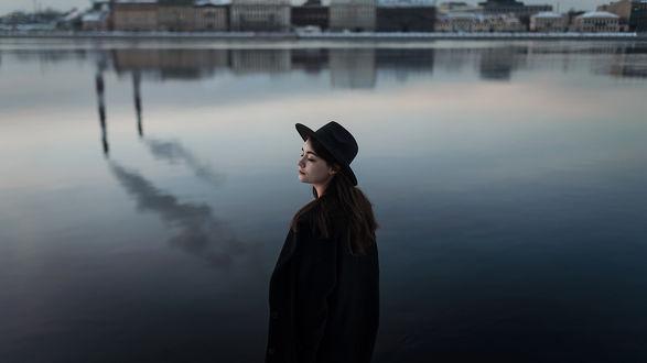 Фото Модель Полина в шляпе стоит у водоема, фотограф Aleks Five