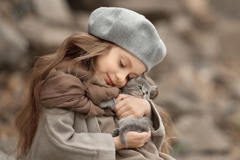 Фото Девочка обнимает маленького котенка, фотограф Юлия Твердова