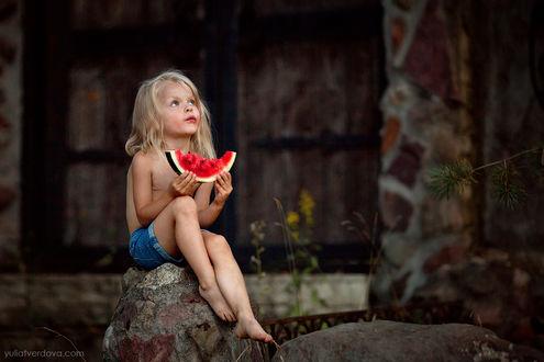 Фото Девочка со скибкой арбуза сидит у дома, фотограф Юлия Твердова