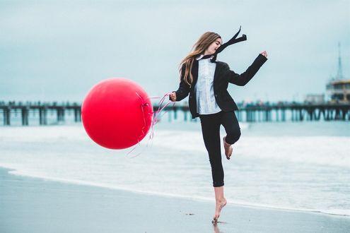 Фото Юная модель Jade Weber / Джейд Вебер с красным воздушным шаром. Фотограф Richard Rosen