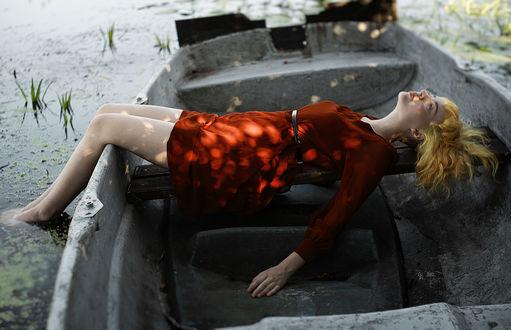 Фото Девушка в красном платье лежит в лодке, фотограф Alexandra Bochkareva