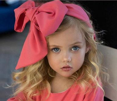 Фото Милая девочка Антонова Виолетта с большим бантом на голове