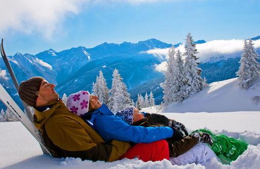 Фото Молодая семья на снегу на фоне Французских зимних Альп