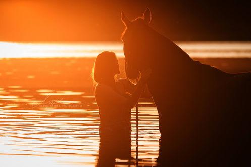 Фото Девушка стоит рядом с лошадью в воде, by Aline Nаther