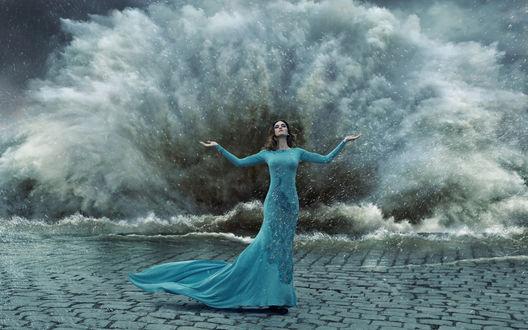Фото Девушка в длинном голубом платье стоит на фоне шторма, фотографKonrad Bаk