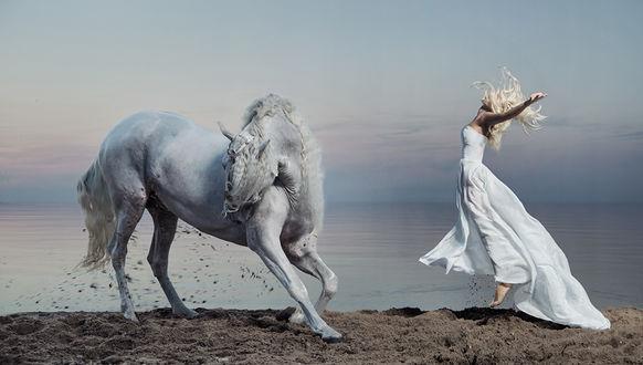 Фото Девушка в белом платье парит в воздухе перед лошадью. Фотограф Конрад Бак