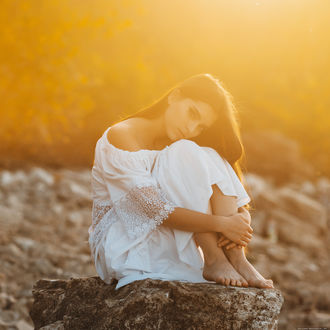 Фото Модель Настя сидит на камне. Фотограф Вадим Миронов