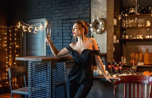 Фото Модель Настя стоит с бокалом шампанского в руке. Фотограф Георгий Дьяков