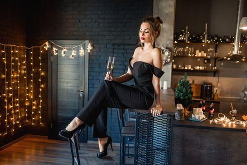 Фото Модель Настя сидит на табурете с бокалом шампанского в руке. Фотограф Георгий Дьяков
