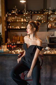 Фото Модель Настя сидит у барной стойки. Фотограф Георгий Дьяков