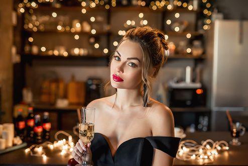 Фото Модель Настя стоит с бокалом шампанского. Фотограф Георгий Дьяков