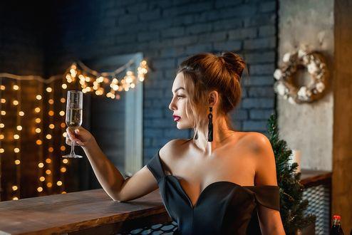 Фото Модель Настя стоит за стойкой с бокалом шампанского. Фотограф Георгий Дьяков