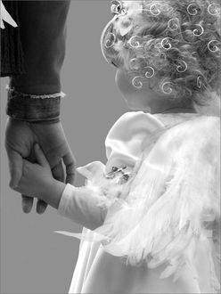 Фото Маленькая девочка - ангел держит мужчину за руку