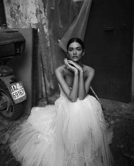 Фото Девушка в свадебном платье сидит а каком-то заброшенном месте