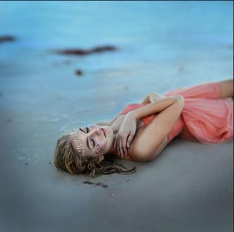 Фото Девушка лежит на песке