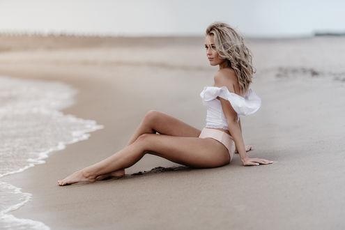 Фото Модель Lio Vanhamme сидит на песке, by Koen Vandijck